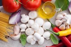 Champinjonchampignon med italienska ingredienser Royaltyfri Fotografi
