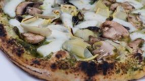 Champinjoner och avfyrad pizza för kronärtskockor trä royaltyfri foto