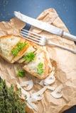 Champinjoner och ostsmörgås, bästa sikt med den selektiva fokusen Royaltyfria Bilder
