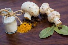 Champinjoner saltar kryddor Arkivfoton