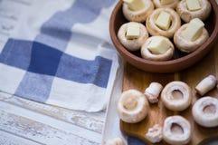 Champinjoner som bakas i den georgian traditionella leramaträttketsien med suluguniost Georgisk traditionell mat arkivbilder