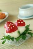 Champinjoner som göras av ägg och tomater Fotografering för Bildbyråer