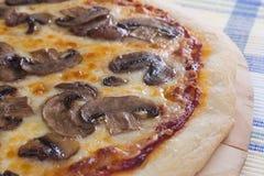 champinjonpizza arkivbild