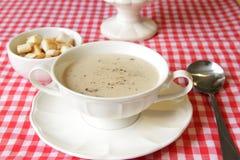 Champinjonsoppa med bröd arkivbild