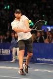 Champion Andy Roddick de Grand Chelem des Etats-Unis dans l'action pendant événement de tennis d'anniversaire d'épreuve de force  Image stock