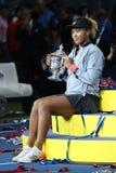 Champion 2018 d'US Open Naomi Osaka du Japon des Etats-Unis posant avec le trophée d'US Open pendant la présentation de trophée photos libres de droits