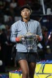 Champion 2018 d'US Open Naomi Osaka du Japon des Etats-Unis posant avec le trophée d'US Open pendant la présentation de trophée image libre de droits
