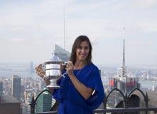 Champion Flavia Pennetta de l'US Open 2015 posant avec le trophée d'US Open sur le dessus de la plate-forme d'observation de roch Photographie stock