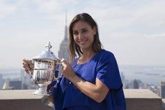 Champion Flavia Pennetta de l'US Open 2015 posant avec le trophée d'US Open sur le dessus de la plate-forme d'observation de roch Photos stock