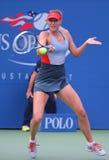 Champion Mariya Sharapova de Grand Chelem de cinq fois pendant le troisième match de rond à l'US Open 2014 contre Caroline Woznia Image stock