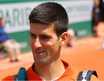 Champion Novak Djokovic de Grand Chelem de huit fois pendant le troisième match de rond chez Roland Garros 2015 Image libre de droits