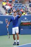 Champion Novak Djokovic de Grand Chelem de neuf fois dans l'action pendant le premier match de rond à l'US Open 2015 Photo stock