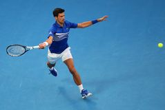 champion Novak Djokovic de Grand Slam de 14 fois dans l'action pendant son match de demi-finale à l'open d'Australie 2019 en parc photographie stock
