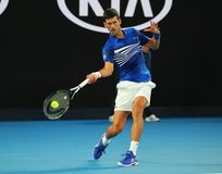champion Novak Djokovic de Grand Slam de 14 fois dans l'action pendant son match de demi-finale à l'open d'Australie 2019 en parc photographie stock libre de droits