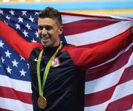 Champion olympique Anthony Ervin des Etats-Unis pendant la cérémonie de médaille après la finale de style libre du ` s 50m des ho photo libre de droits