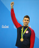 Champion olympique Anthony Ervin des Etats-Unis pendant la cérémonie de médaille après la finale de style libre du ` s 50m des ho photo stock
