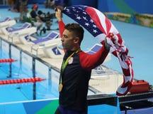 Champion olympique Anthony Ervin des Etats-Unis pendant la cérémonie de médaille après la finale de style libre du ` s 50m des ho photos libres de droits
