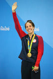 Champion olympique Madeline Dirado des Etats-Unis pendant la cérémonie de médaille après le dos crawlé du ` s 200m de femmes de R Photos libres de droits