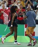 Champion olympique Serena Williams des Etats-Unis laissant la cour après la perte à Elena Svitolina de l'Ukraine au match trois r Image stock