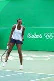 Champion olympique Venus Williams des Etats-Unis dans l'action pendant le match de doubles mélangés de Rio 2016 Jeux Olympiques Images libres de droits