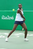 Champion olympique Venus Williams des Etats-Unis dans l'action pendant le match de doubles mélangés de Rio 2016 Jeux Olympiques Photographie stock libre de droits
