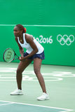 Champion olympique Venus Williams des Etats-Unis dans l'action pendant le match de doubles mélangés de Rio 2016 Jeux Olympiques Photos libres de droits