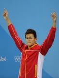 Champion olympique Yang Sun de la Chine pendant la cérémonie de médaille après le style libre du ` s 200m des hommes de Rio 2016  Image stock
