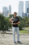 Champion Rafael Nadal de l'US Open 2013 posant avec le trophée d'US Open dans le Central Park Photographie stock libre de droits
