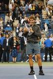 Champion Rafael Nadal de l'US Open 2013 tenant le trophée d'US Open pendant la présentation de trophée après sa victoire de match Photos stock