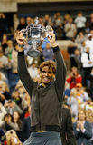Champion Rafael Nadal de l'US Open 2013 tenant le trophée d'US Open pendant la présentation de trophée après sa victoire de match  Photographie stock