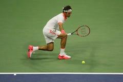 Champion Roger Federer de Grand Chelem de dix-sept fois de la Suisse dans l'action pendant son match à l'US Open 2015 Photo libre de droits