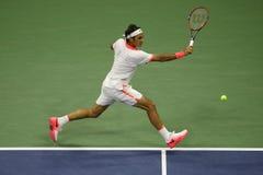 Champion Roger Federer de Grand Chelem de dix-sept fois de la Suisse dans l'action pendant son match à l'US Open 2015 Images stock