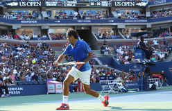 Champion Roger Federer de Grand Chelem de dix-sept fois pendant son premier match de rond à l'US Open 2013 contre Grega Zemlja Photographie stock