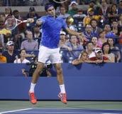 Champion Roger Federer de Grand Chelem de dix-sept fois pendant son quatrième match de rond à l'US Open 2013 contre Tommy Robredo Image stock
