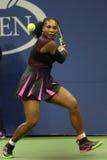 Champion Serena Williams de Grand Chelem dans l'action pendant le premier match de rond à l'US Open 2016 Images libres de droits