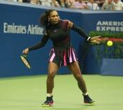 Champion Serena Williams de Grand Chelem dans l'action pendant le premier match de rond à l'US Open 2016 Photos libres de droits