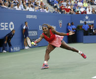 Champion Serena Williams de Grand Chelem de dix-sept fois pendant son match final à l'US Open 2013 contre Victoria Azarenka photos libres de droits
