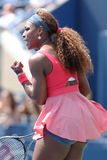 Champion Serena Williams de Grand Chelem de seize fois pendant son deuxième match de rond à l'US Open 2013 contre Galina Voskoboye Images libres de droits