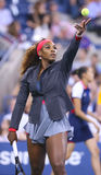 Champion Serena Williams de Grand Chelem de seize fois pendant son premier match de rond à l'US Open 2013 Photographie stock libre de droits