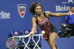 Champion Serena Williams de Grand Chelem de vingt un fois dans l'action pendant le premier match de rond à l'US Open 2015 Images stock