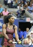 Champion Serena Williams de Grand Chelem de vingt un fois dans l'action pendant son match de quart de finale à l'US Open 2015 Image stock