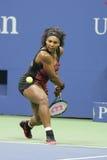 Champion Serena Williams de Grand Chelem de vingt un fois dans l'action pendant son match de quart de finale à l'US Open 2015 Images libres de droits