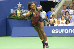 Champion Serena Williams de Grand Chelem de vingt un fois dans l'action pendant son match de quart de finale contre Venus William Photos stock