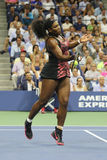 Champion Serena Williams de Grand Chelem de vingt un fois dans l'action pendant son match de quart de finale contre Venus William Image libre de droits