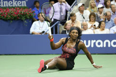 Champion Serena Williams de Grand Chelem de vingt un fois dans l'action pendant son match de quart de finale contre Venus William Image stock