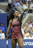 Champion Serena Williams de Grand Chelem de vingt un fois dans l'action pendant son match de quart de finale contre Venus William Photo stock