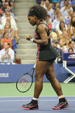 Champion Serena Williams de Grand Chelem de vingt un fois dans l'action pendant son match de quart de finale contre Venus William Photo libre de droits