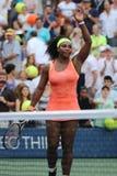 Champion Serena Williams de Grand Chelem de vingt un fois dans l'action pendant son match quatre rond à l'US Open 2015 Photographie stock libre de droits