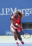 Champion Serena Williams de Grand Chelem pendant le quatrième match de rond à l'US Open 2013 contre Sloane Stephens Images libres de droits