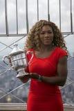 Champion Serena Williams de l'US Open 2014 posant avec le trophée d'US Open sur le dessus de l'Empire State Building Photographie stock libre de droits